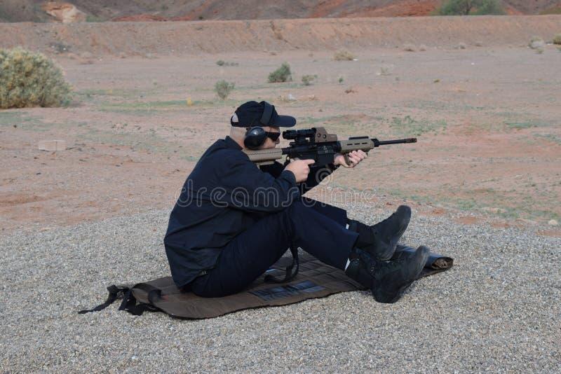 Homem que aponta o rifle fotos de stock