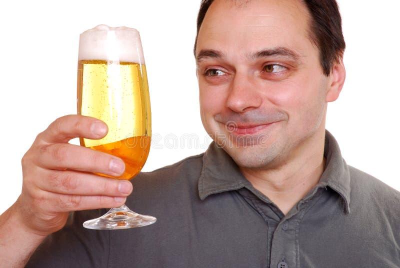 Homem que aprecia a cerveja fotos de stock royalty free
