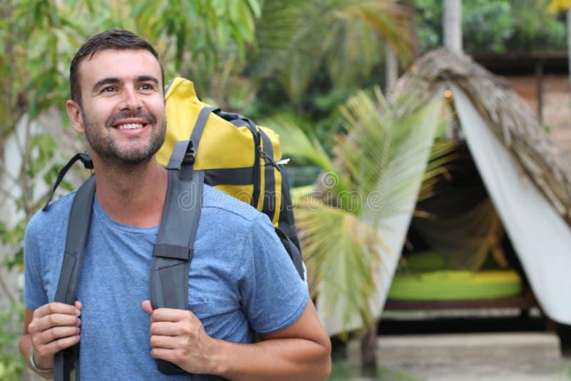 Homem que aprecia o ecoturismo em Ámérica do Sul fotografia de stock