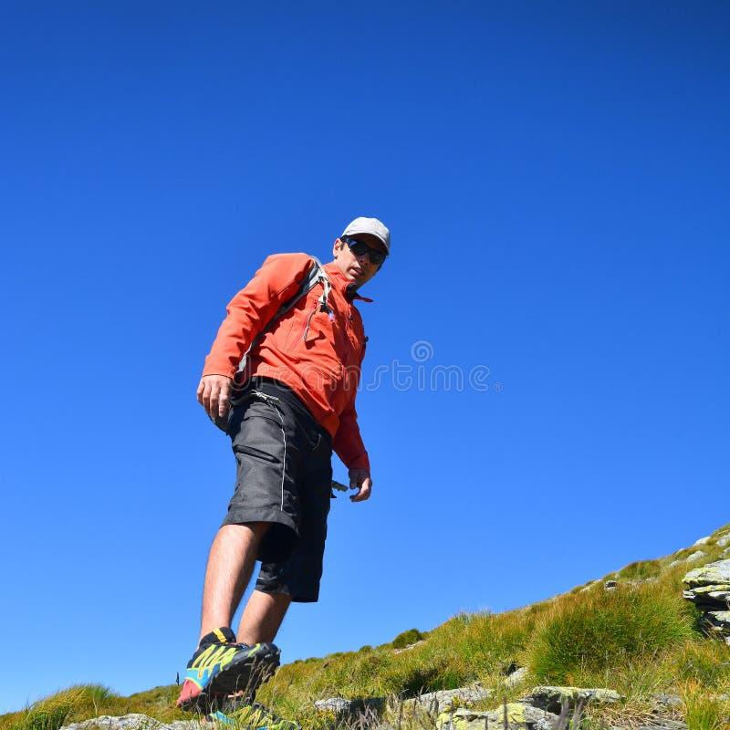 Homem que aprecia o hike fotografia de stock