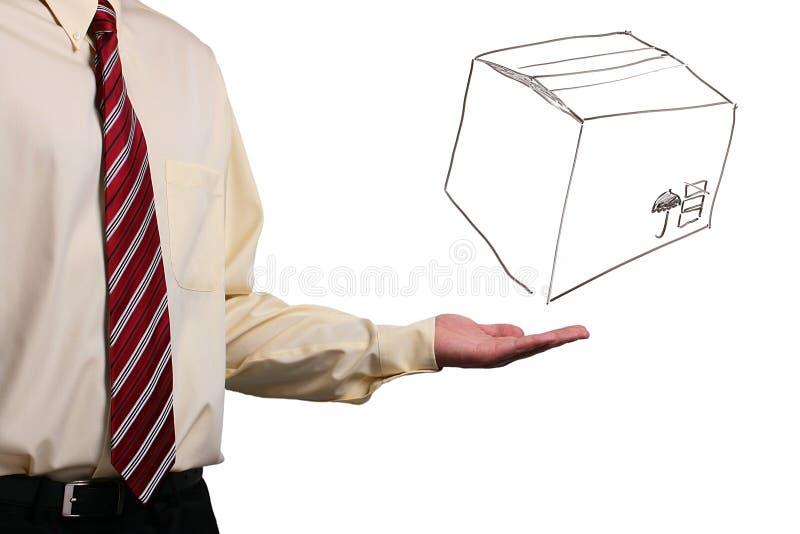 Homem que apresenta uma caixa imagens de stock