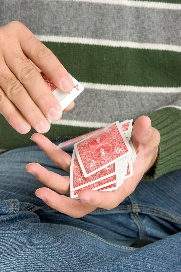 Homem que baralha cartões fotografia de stock
