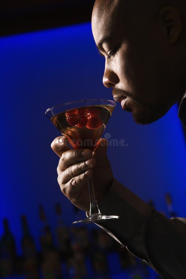 Homem que bebe martini. imagem de stock royalty free