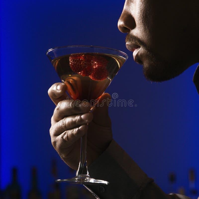 Homem que bebe martini. fotos de stock royalty free