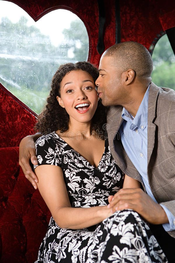 Homem que beija a mulher no mordente fotos de stock royalty free