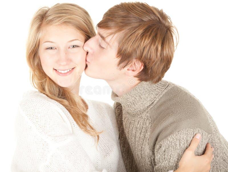 Homem que beija sua amiga bonita imagem de stock royalty free