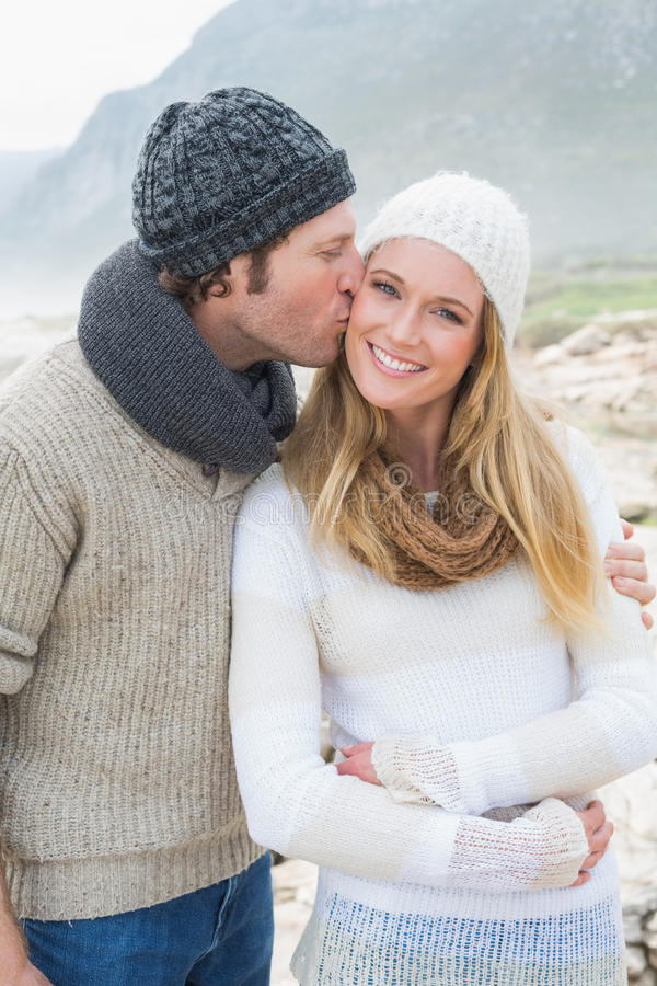 Homem que beija uma mulher na paisagem rochosa imagens de stock