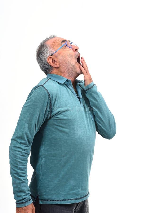 Homem que boceja no fundo branco imagens de stock royalty free