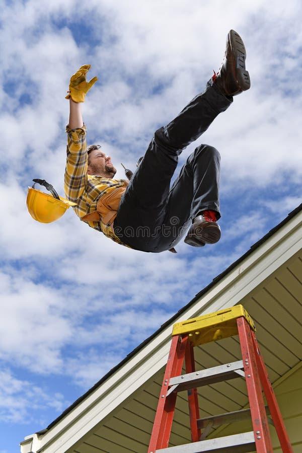 Homem que cai fora telhado imagens de stock royalty free