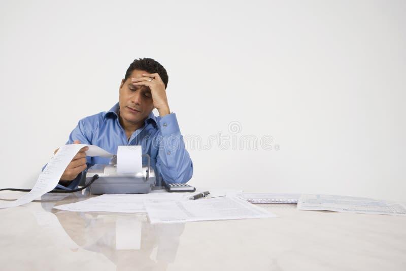 Homem que calcula finanças foto de stock