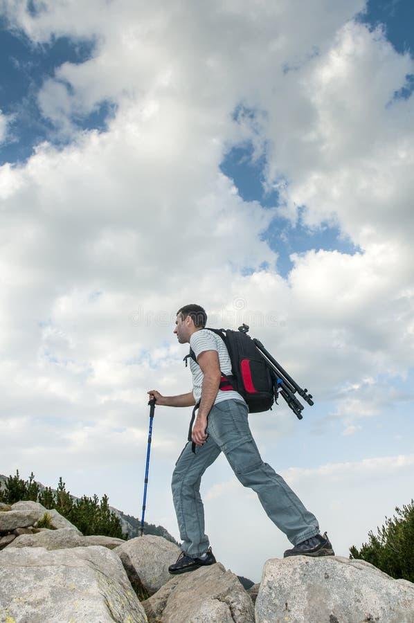 Homem que caminha na montanha de Pirin foto de stock royalty free