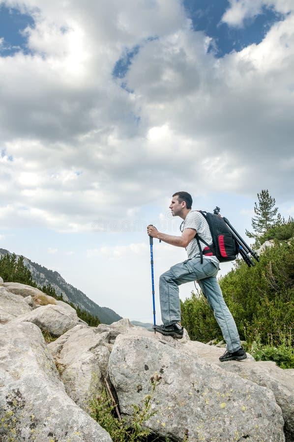 Homem que caminha na montanha de Pirin imagem de stock royalty free