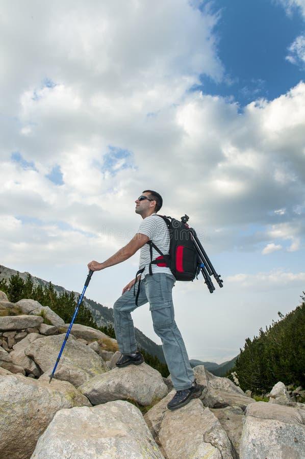 Homem que caminha na montanha de Pirin imagem de stock