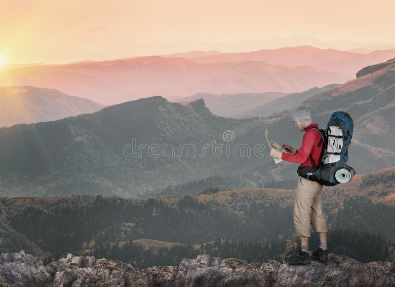 Homem que caminha nas montanhas fotos de stock royalty free