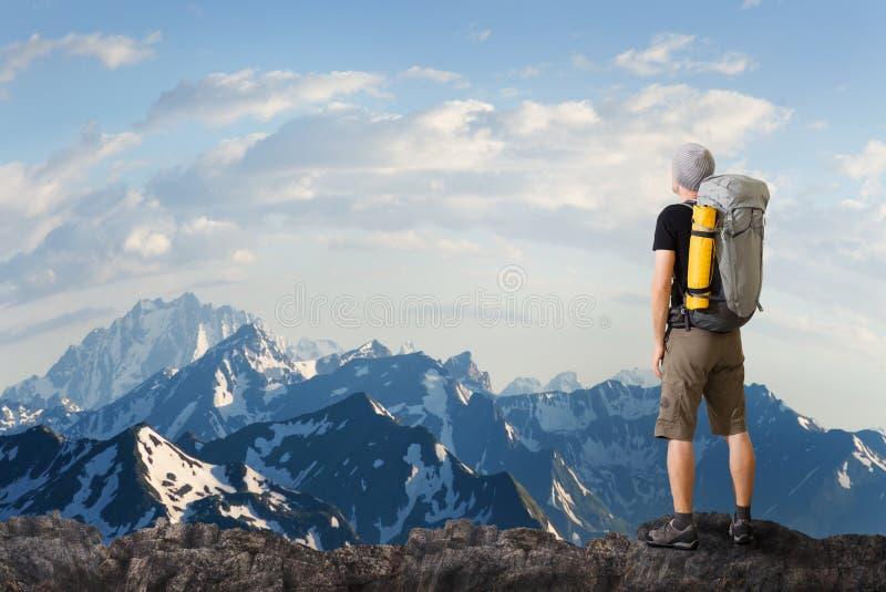 Homem que caminha nas montanhas imagens de stock royalty free