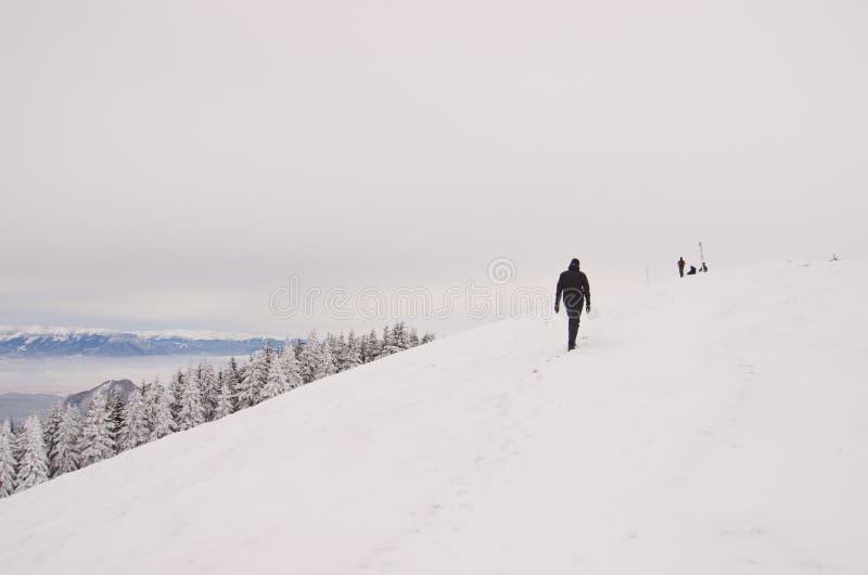 Homem que caminha no pico da égua de Piatra fotos de stock