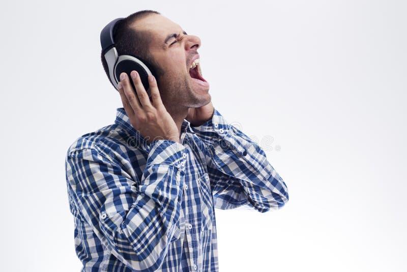 Homem que canta com auscultadores fotografia de stock royalty free