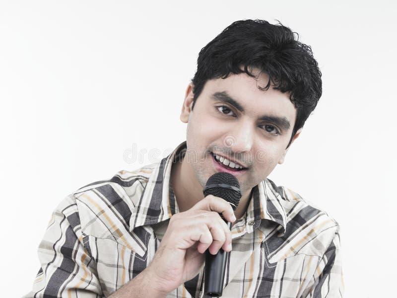 Homem que canta uma canção foto de stock royalty free