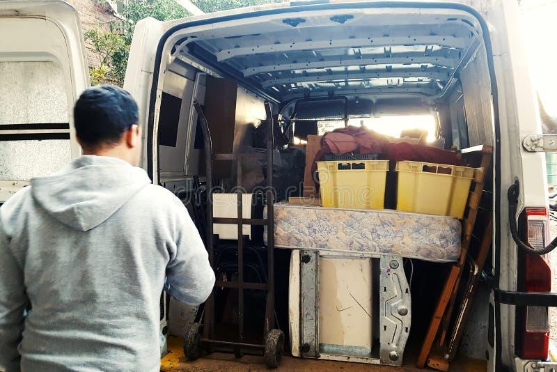Homem que carrega uma camionete imagem de stock royalty free