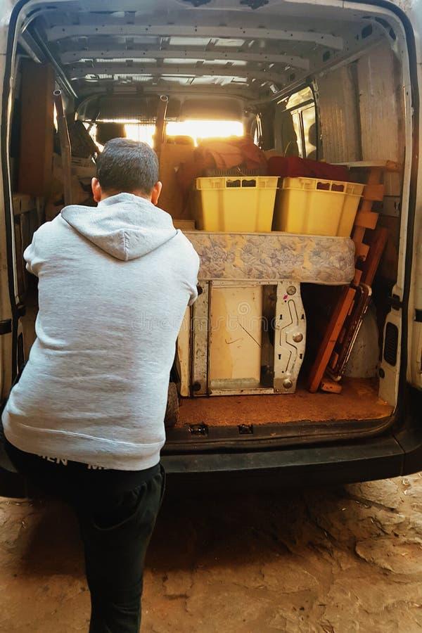 Homem que carrega uma camionete foto de stock royalty free