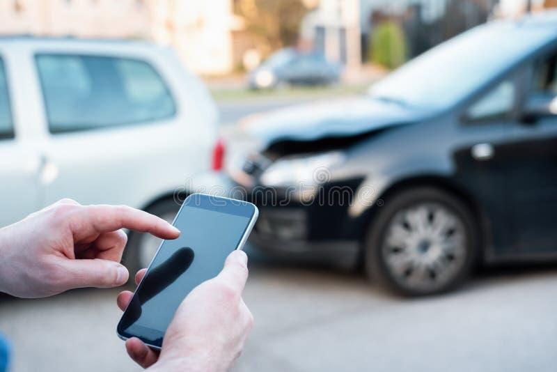 Homem que chama a emergência da borda da estrada após o acidente de trânsito imagens de stock