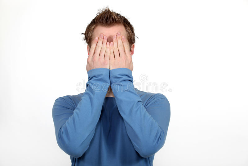 Homem que cobre sua face imagens de stock