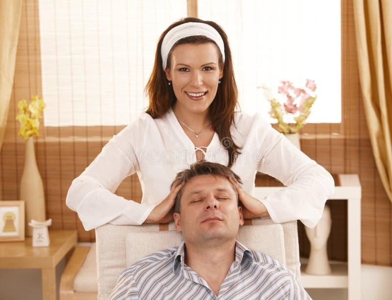 Homem que começ a massagem principal de relaxamento fotografia de stock royalty free