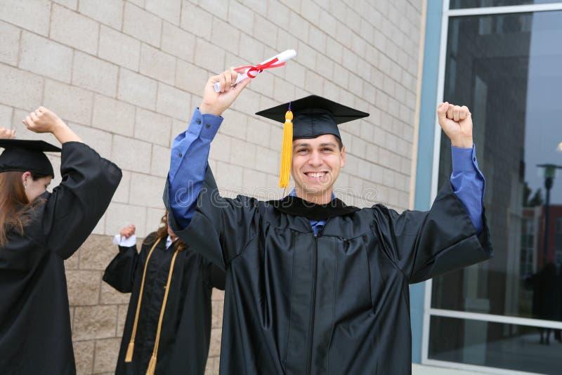 Homem que comemora a graduação imagem de stock