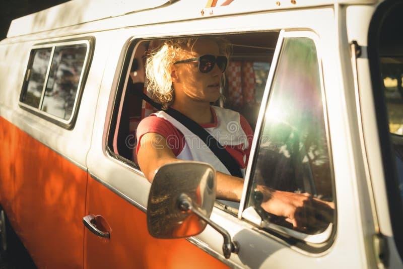 Homem que conduz a camionete de campista foto de stock