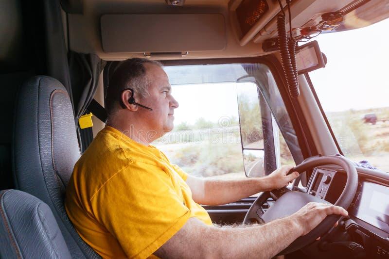 Homem que conduz em uma estrada na estrada na paisagem rural imagens de stock