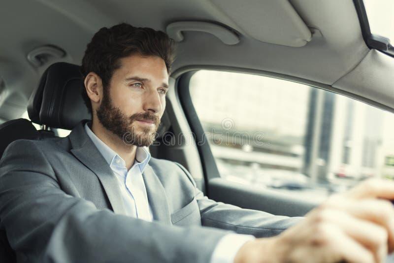 Homem que conduz o carro imagens de stock