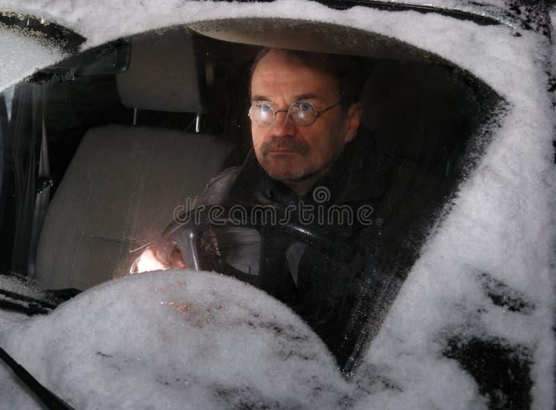 Homem que conduz o carro no inverno fotos de stock royalty free