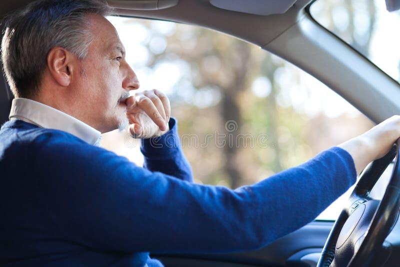 Homem que conduz seu carro imagens de stock