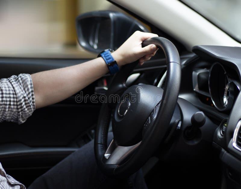 Homem que conduz seu carro, curso, velocidade imagem de stock royalty free