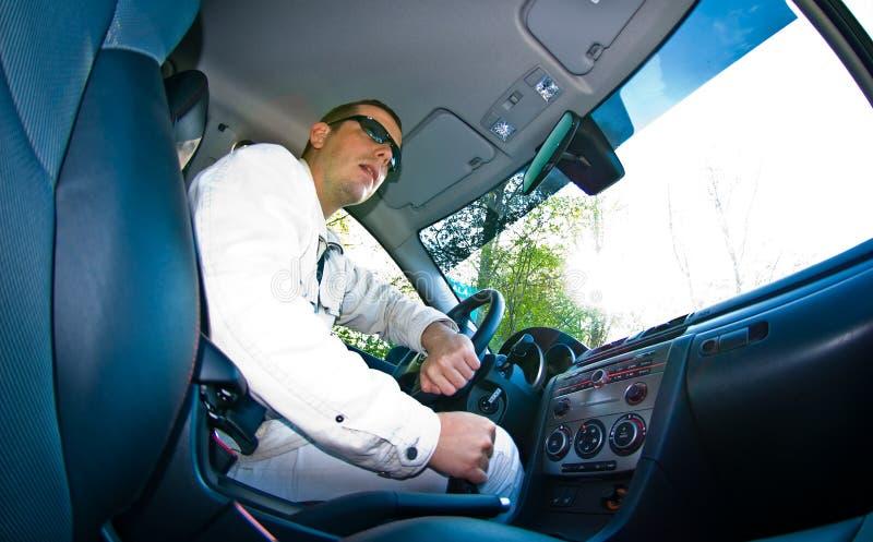 Homem que conduz um carro fotografia de stock royalty free