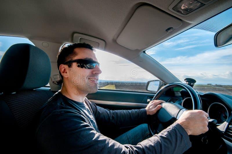 Homem que conduz um carro foto de stock