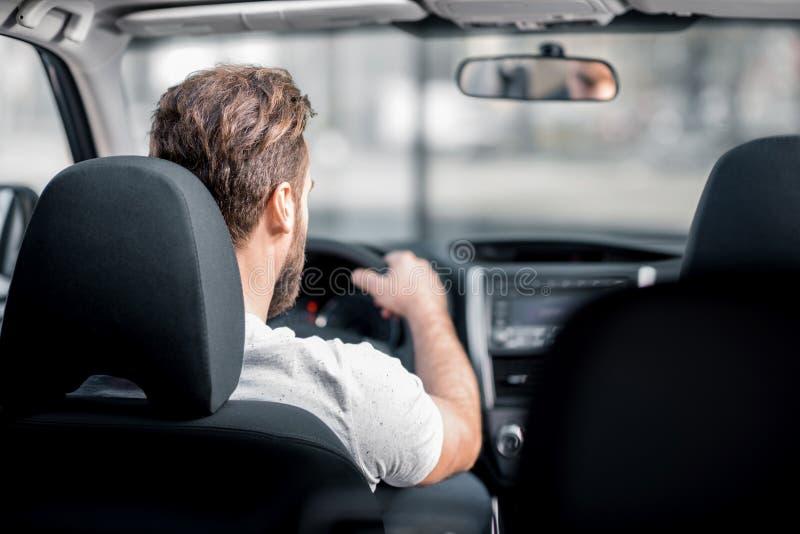 Homem que conduz um carro imagem de stock