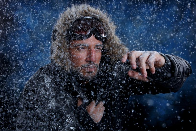 Homem que congela-se no tempo frio fotos de stock royalty free