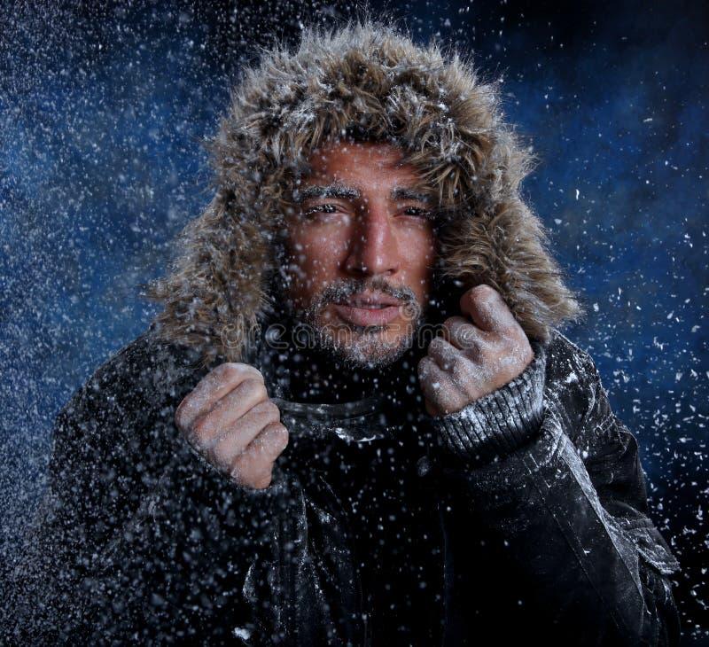 Homem que congela-se no tempo frio imagens de stock