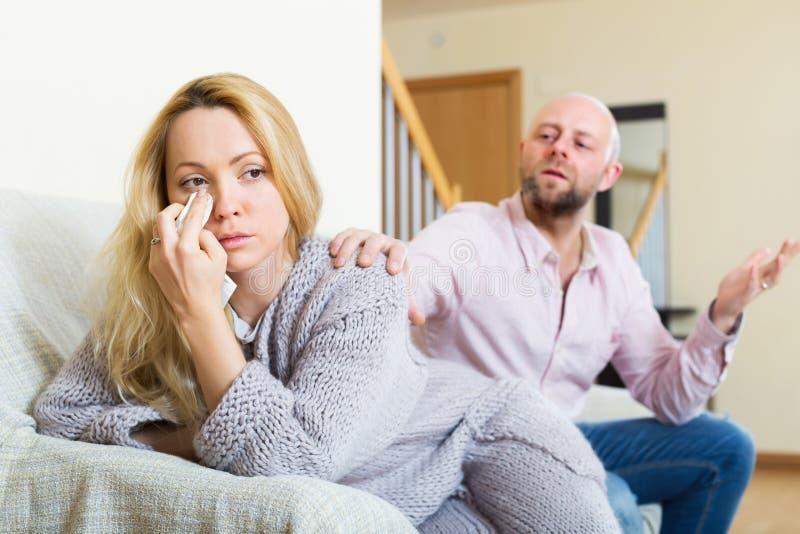 Homem que consola a mulher deprimida imagens de stock royalty free