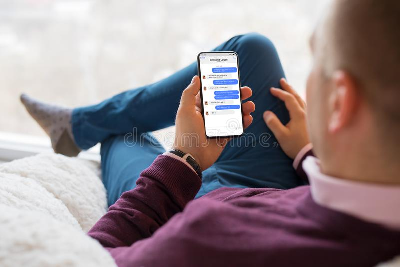 Homem que conversa com os amigos no telefone celular fotos de stock royalty free