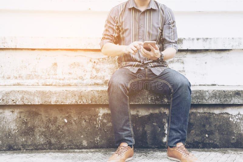 Homem que conversa e que senta-se no anfiteatro exterior foto de stock