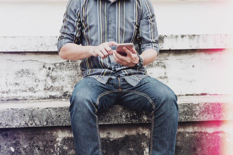 Homem que conversa e que senta-se no anfiteatro exterior foto de stock royalty free