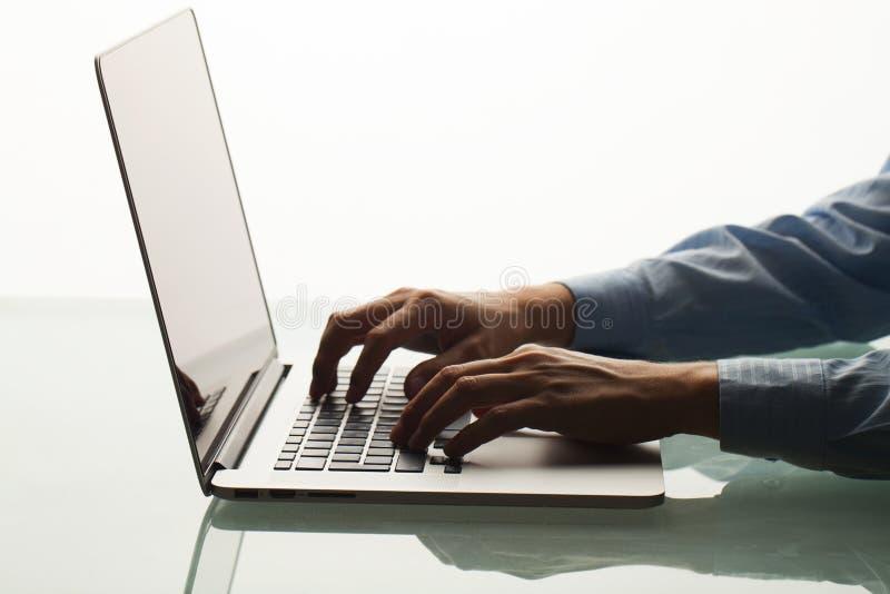 Homem que corre datilografando no teclado fotos de stock royalty free