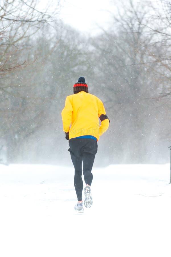 Homem que corre em um dia nevado pesado em Dublin, Irlanda fotografia de stock
