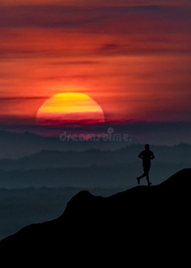 Homem que corre na ilustração do gráfico da montanha imagens de stock royalty free