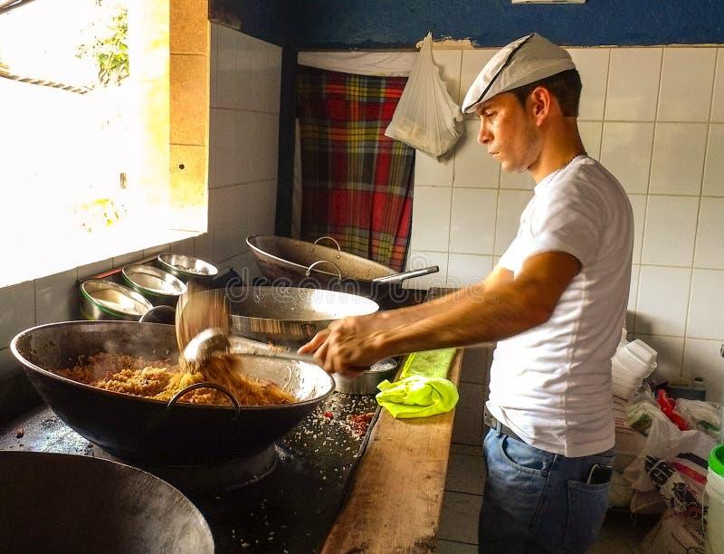homem que cozinha o arroz chinês foto de stock royalty free