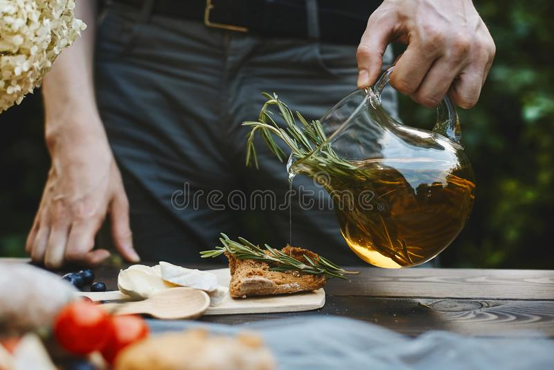 Homem que cozinha o bruschetta, somente mãos no quadro imagem de stock royalty free