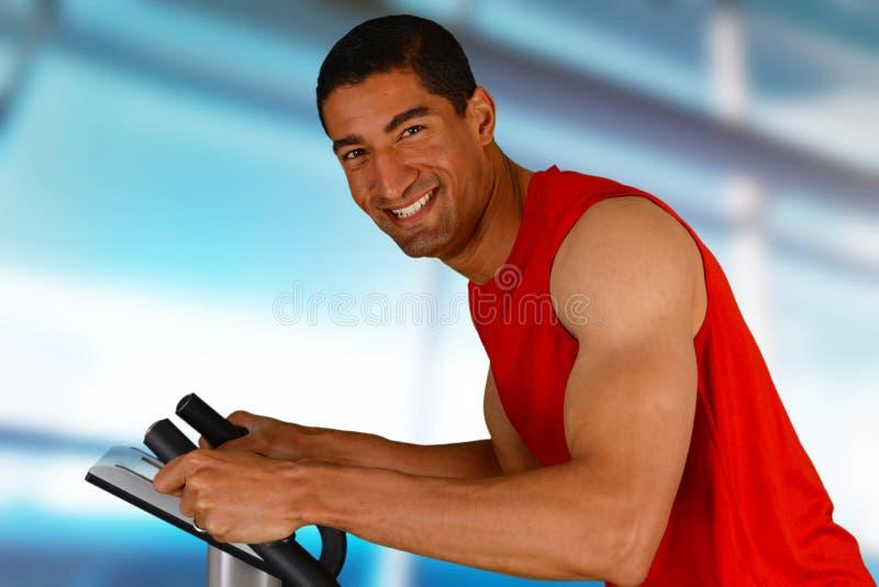 Homem que dá certo na bicicleta foto de stock