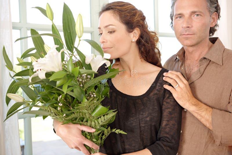 Homem que dá flores à mulher. foto de stock